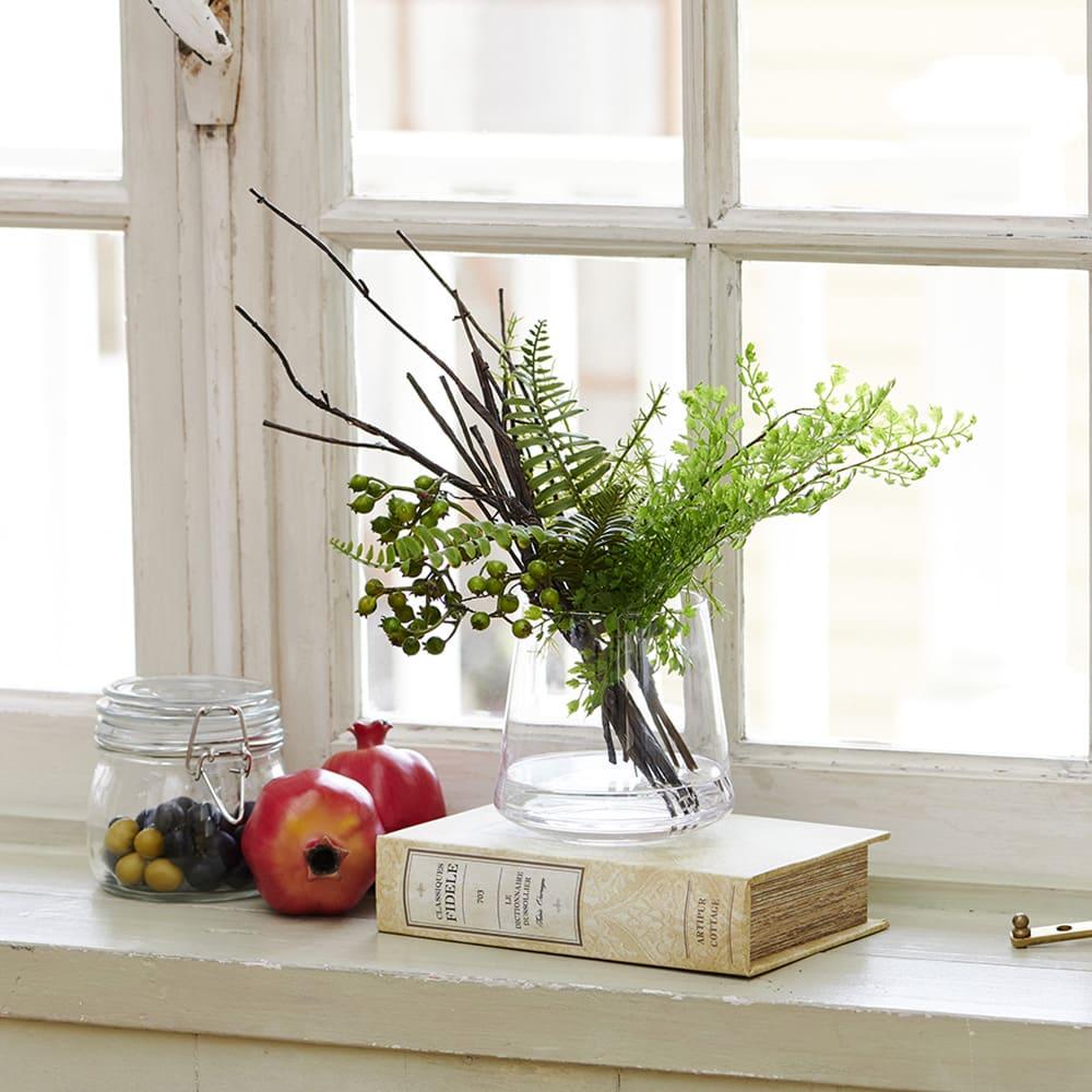 アジアンタム&ベリー ガラストラぺゾイド 人気のグリーン、アジアンタムとグリーンのベリーのナチュラルな花瓶活け
