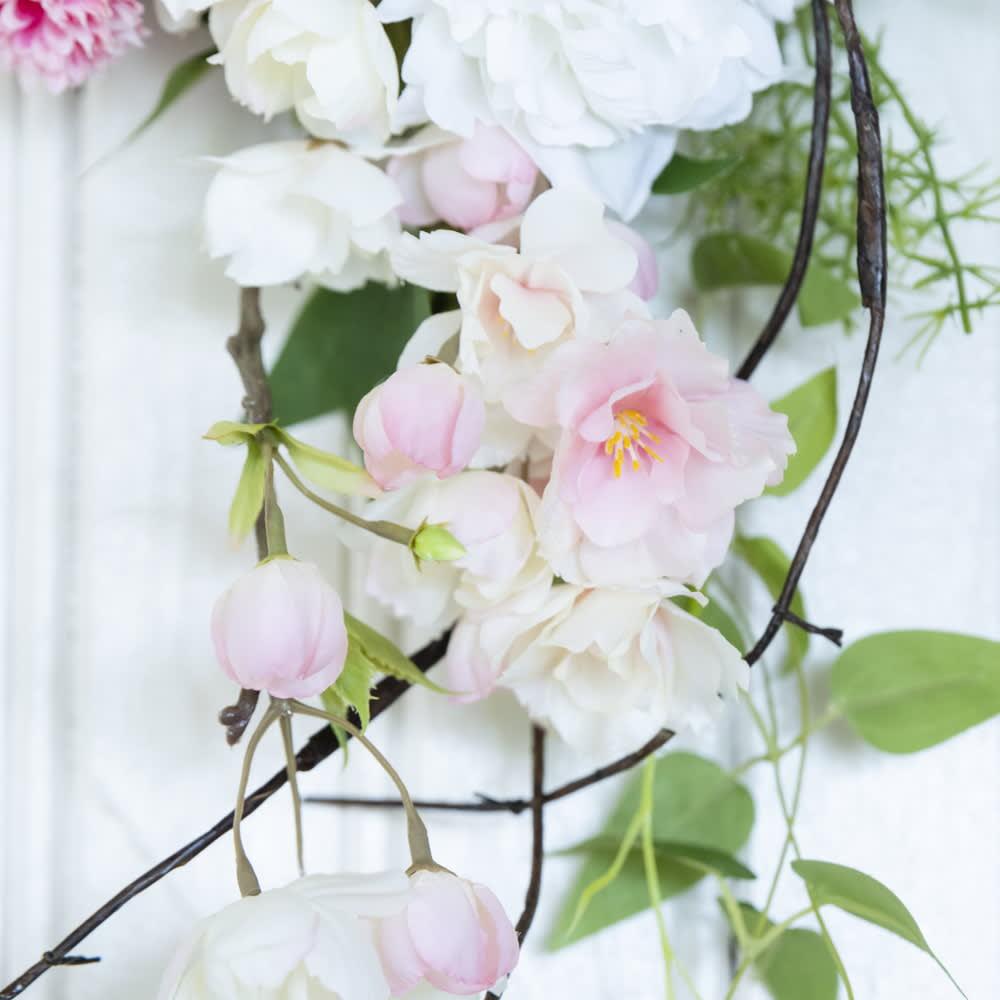 八重桜とピオニーのスワッグ 枝垂れる八重桜と枝物が和のテイストもプラス