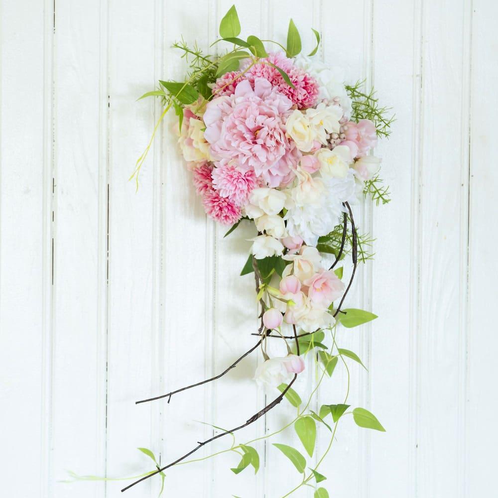 八重桜とピオニーのスワッグ 春らしい桜と芍薬の入ったスワッグです