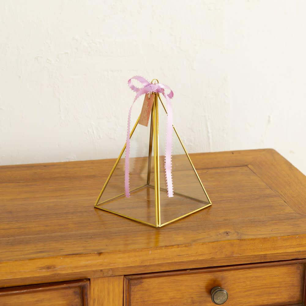 プリザーブドフラワー「アンティークトライアングルアレンジ」 アクセサリーや宝物を入れておくような、アンティーク感のある器です