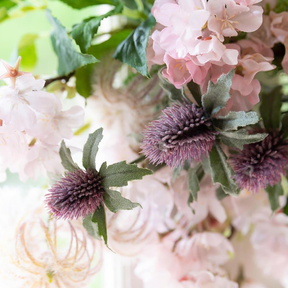 桜とシャクヤクの春スワッグ アザミやパープルベリーも入り、甘すぎない大人のスワッグに