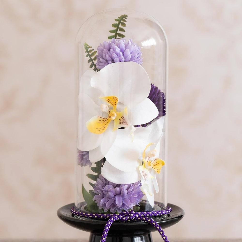 ガラスドームの供花 胡蝶蘭 大きな胡蝶蘭が入って存在感たっぷり