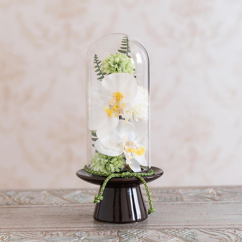 ガラスドームの供花 胡蝶蘭 (イ)グリーン系 台座はダークブラウン、小花と組紐がグリーンです