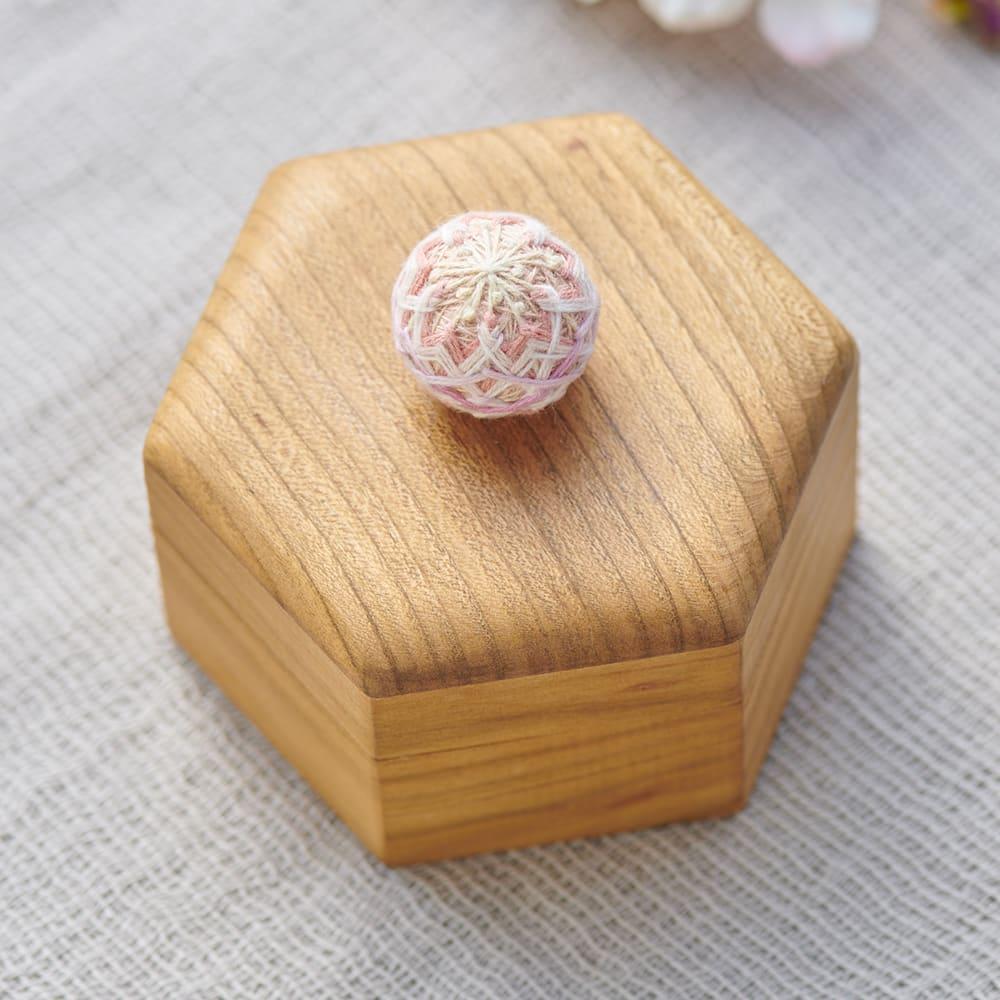 Cohana さくらの手まりの六角小箱 木目の美しさと手に馴染む風合いの山桜の六角小箱