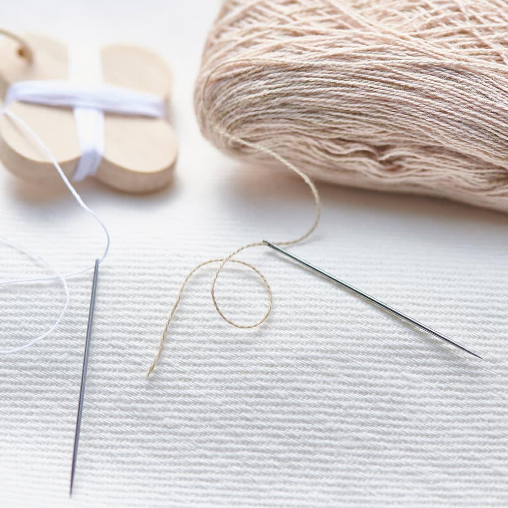 Cohana さくらの手まりの六角小箱 左:とちの木の糸巻き(FL6710)セットの糸 右:さくらの糸