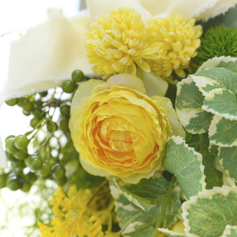 ラナンキュラスのスワッグ 同系色の小花や、明るいグリーンでまとめました