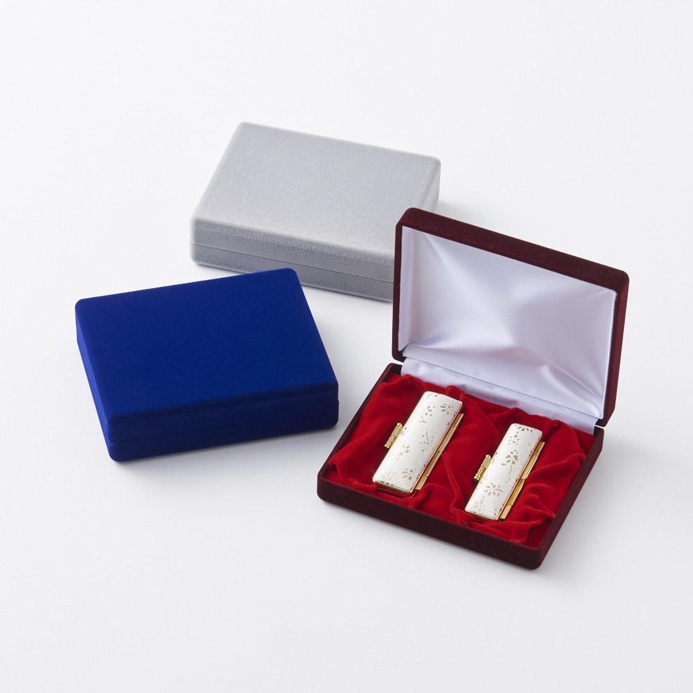 【ネームオーダー】お祝い印鑑 水晶2本セット(実印・銀行印) 上から(ウ)グレー (イ)ブルー (ア)レッド  贈り物にふさわしい、ビロードのケースに入っています。ケース内側にはメッセージをプリント。(ブルーの内側収納部の土台は赤色です。)