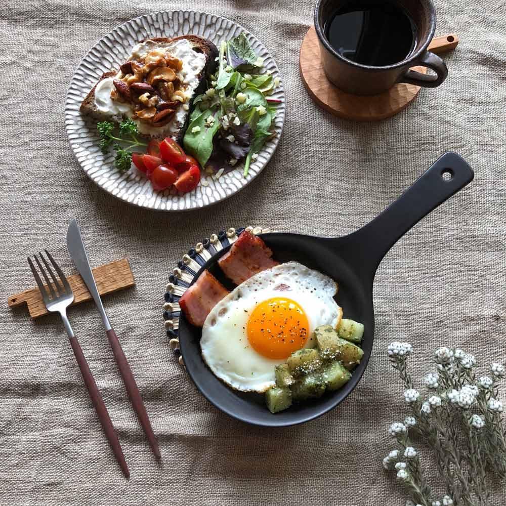 Eld ペア スキレットS&鍋敷き ペアセット 【スキレット(ブラック)、鍋敷き(グレー)使用例】直火OKだから、調理してそのままテーブルに置けちゃいます♪
