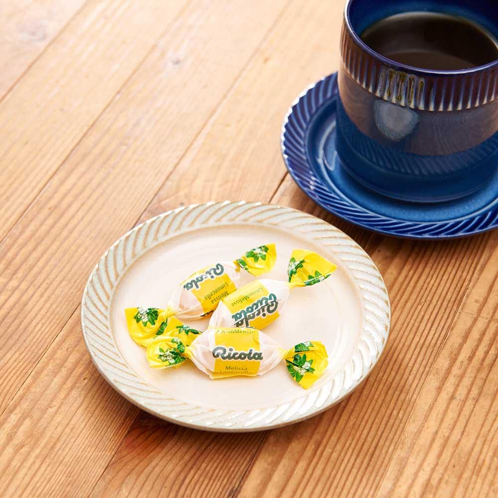 ポトペリー blur ペア デミタス コーヒーカップ&ソーサー 実は、ソーサーは豆皿として使えるように凹みがないデザインにしています。