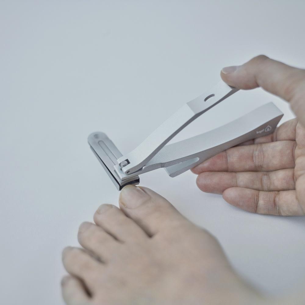 kopfシリーズ・ネイルクリッパーGriff 回転刃タイプ爪切り 自由に角度が調整できるので、足の爪切りも楽な姿勢でカットできます。