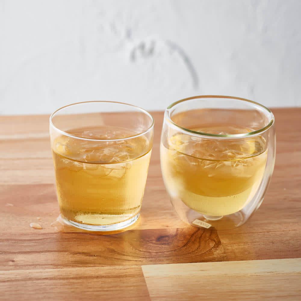 ボダム PAVINAダブルウォールグラス350ml(2個セット) 【一般的なグラスとの比較】一般的なグラスだと、時間がたって、テーブルに水滴がつきがちですが、ボダムのグラスは水滴がつかずテーブルを汚しません。 ※写真のグラスは250mlを使用しています。