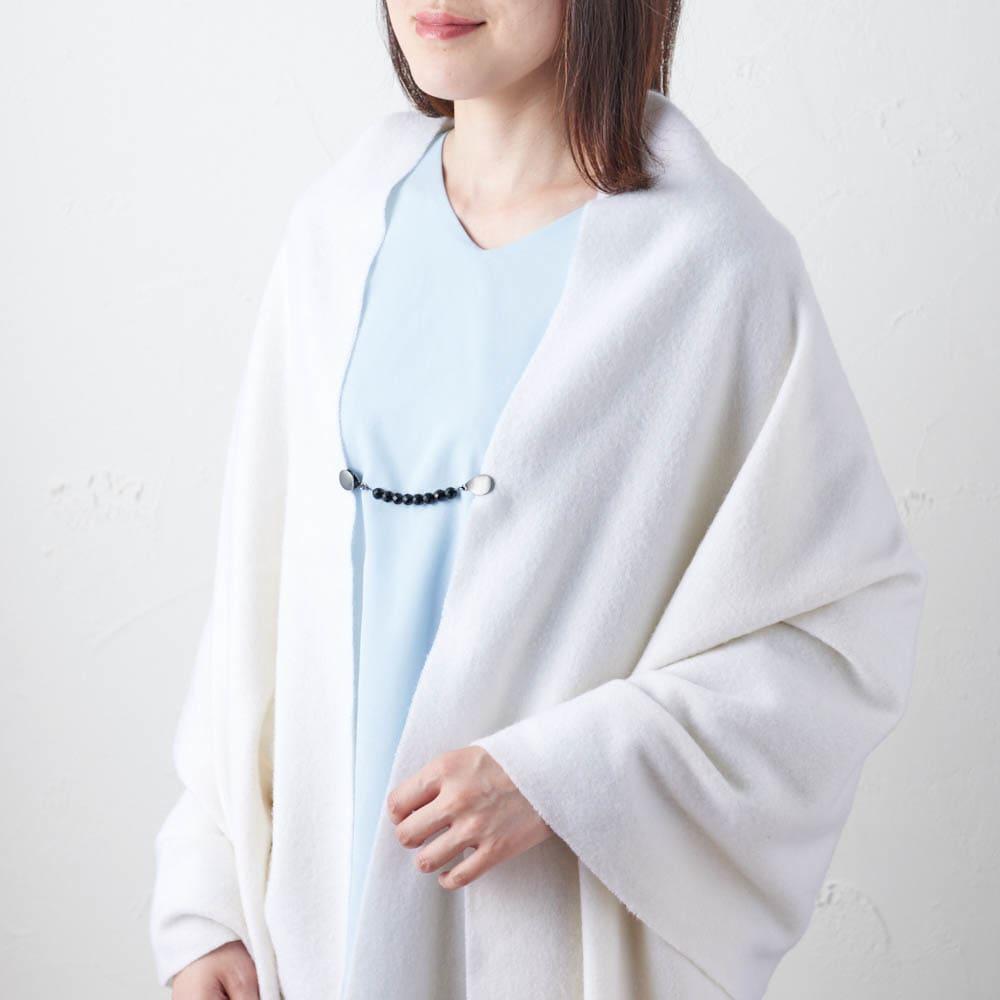 ファッションクリップ ショートタイプ 特許取得 着用例・(ア)ブラック(オニキス) 大判ロングストールに使えば、はだけるのを抑えながらお洒落なアクセントになります