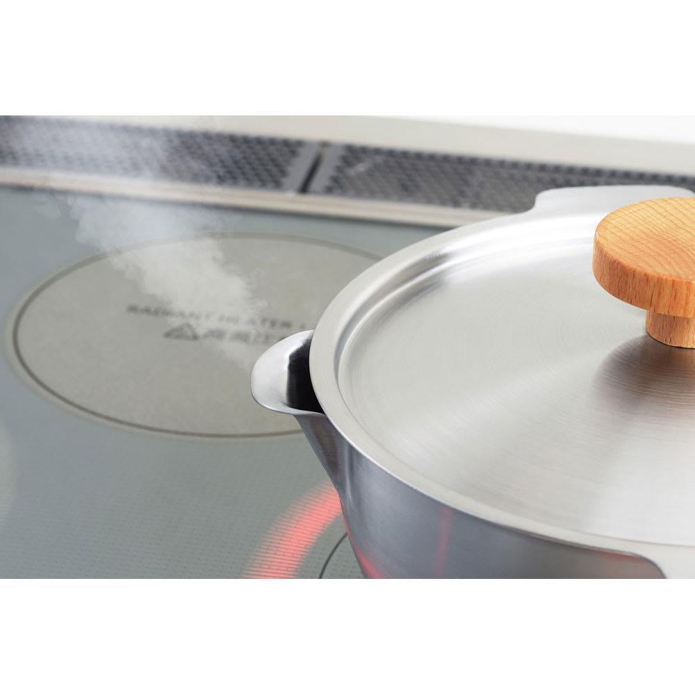 aikata/アイカタ 両口ステンレス雪平鍋18cm・フタセット フタの向きを変える事で独特の口形状から蒸気を逃がしたり閉めることができます。