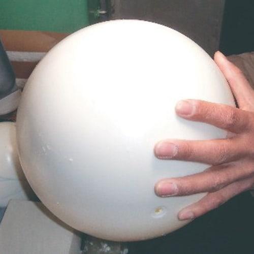 SHOWAGLOBES 絵入りひらがな地球儀 21cm 【伝統の手貼り仕上げ2】球体の接合。 ベースとなる球体を正確に作ります。丸く造る点でも高い工作精度と最新の注意が要求されます。