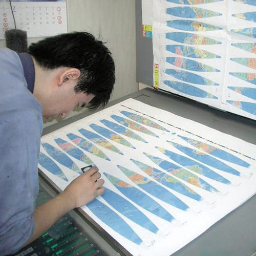 SHOWAGLOBES アンティーク地球儀 26cm 【伝統の手貼り仕上げ1】印刷と検査。 インクの濃度や版のズレが起こらないよう微調整を繰り返し作成します。