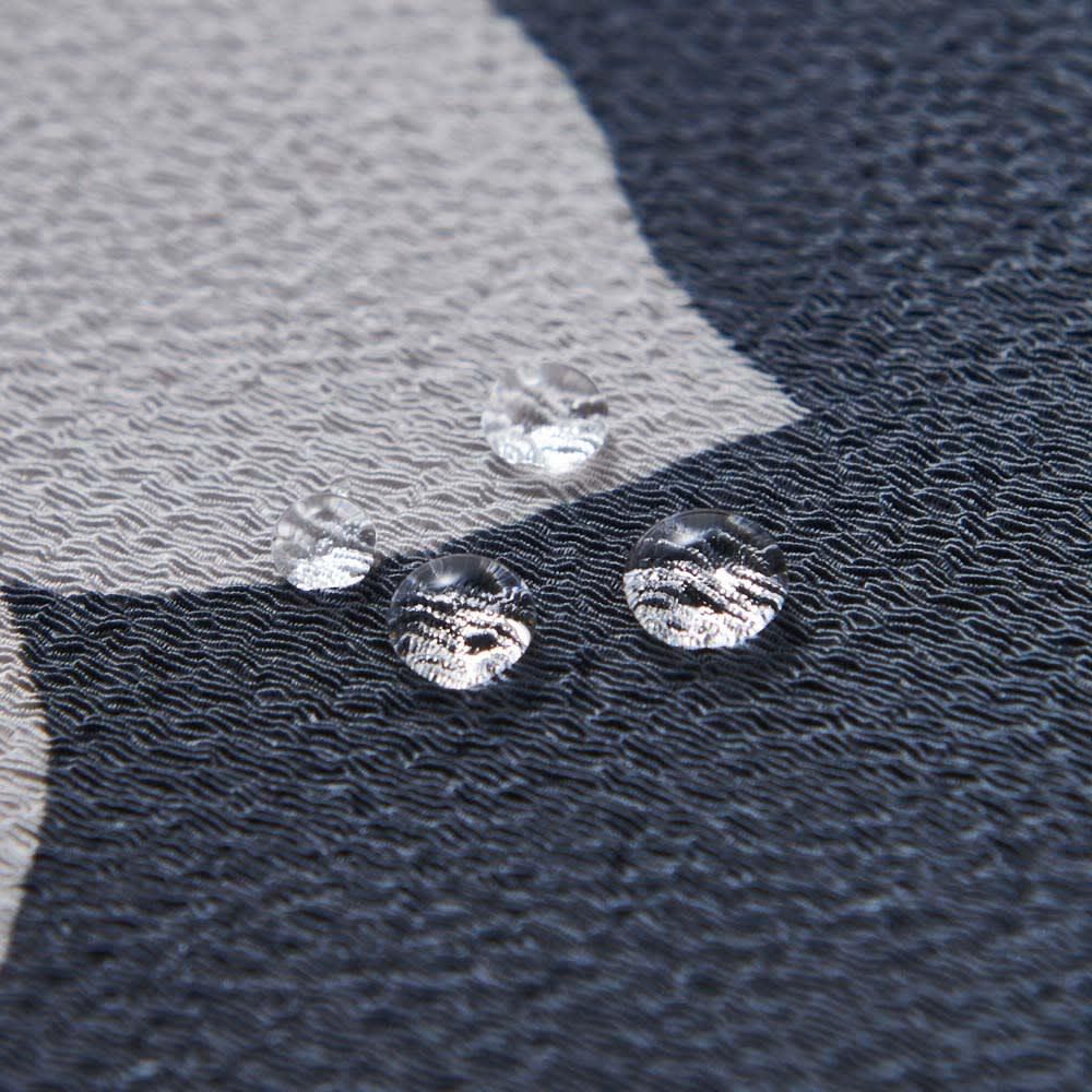 濡れない はっ水風呂敷 薄墨桜 シャリ感のある、ちりめん細工。撥水機能で、水分は水玉になってコロコロとはじきます。