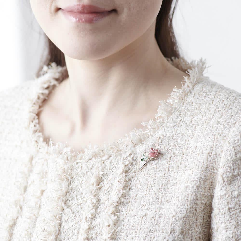 サツルノ バラピンブローチ(イタリア製) 着用イメージ(イ)ピンク