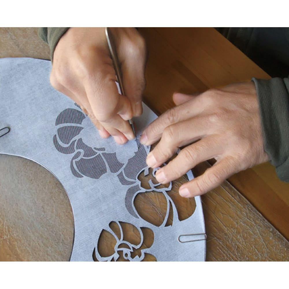 [レディース]白竹堂 京扇子(優香) 木箱入り 繊細な和紙の切り絵とシルクを組み合わせて手作りで作り上げた芸術的な一品。作業風景