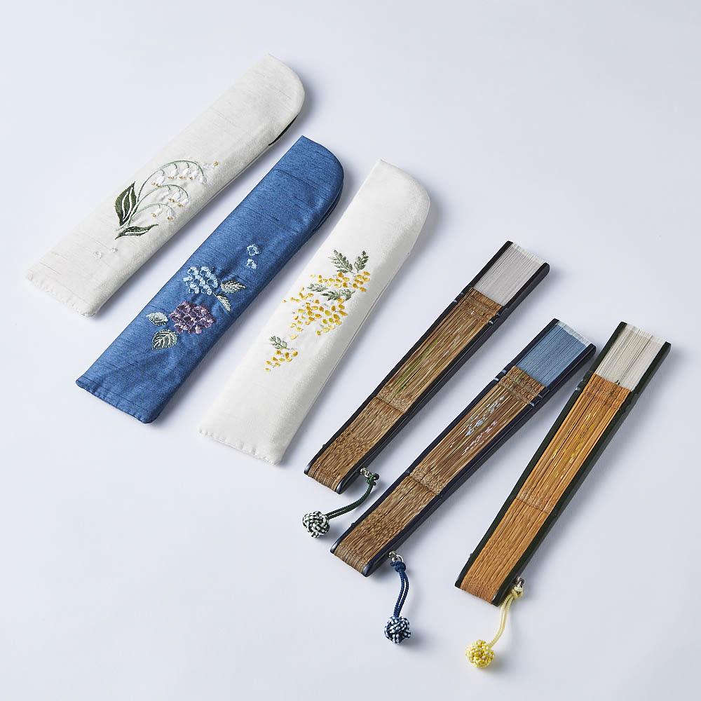 [レディース]白竹堂 ペンテミニ扇子 木箱入り 閉じた状態。扇子袋には、絵柄と同じ刺繍が施されてとてもかわいい♪