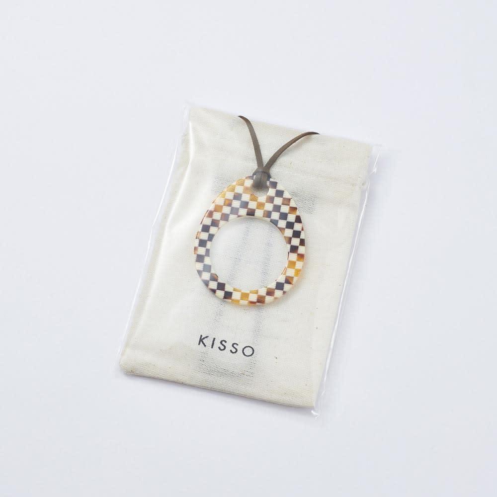 KISSO/キッソオ ペンダントルーペ パッケージイメージ。ロゴ入りの収納袋入り