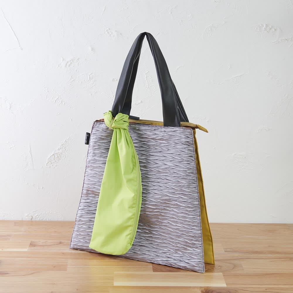 異素材コンビトートバッグ 収納袋付き (ア)グレー (背面:マスタード、収納袋:ライトグリーン) やや光沢感のあるプリーツ生地がシンプルだけどおしゃれ感があります。