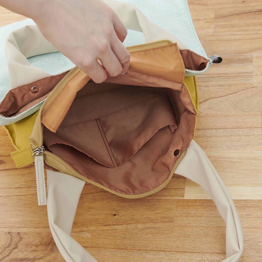 異素材コンビトートバッグ 収納袋付き (背側)内部:オープンポケット×2(1つの開口部10cm)、天部留め具:ファスナー式開閉