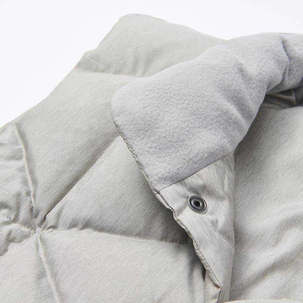西川/あったか西川ダウンベスト(男女兼用) (ア)グレー 襟元の内側部分にはソフトな肌触りのフリースを使用。