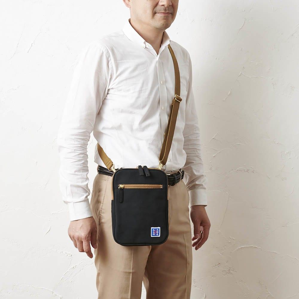 【メンズ】 木綿屋五三郎 縦型ポシェット (ア)ブラック ショルダー着用イメージ