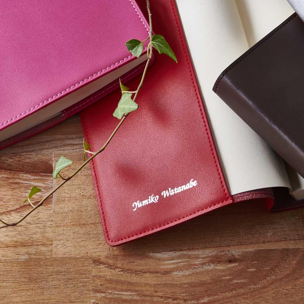 ディアカーズ 革カバー5年日記帳(箔押し名入れあり) 内側に、箔押しで名入れが可能です。写真は【英字】イメージ。 ※箔の色はカラーによって決まっています。