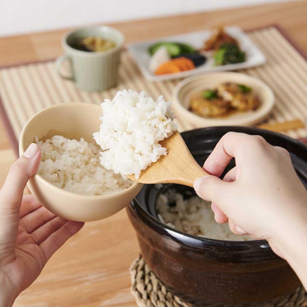弥生陶園/萬古焼ごはん炊き土鍋 (2.5合炊き) 丸く大きな取っ手なので、ミトンを使っても楽々持ち運びができます。炊きあがったら食卓で蒸らし、食卓でふたを開けて、炊きたてのごはんをお楽しみください。