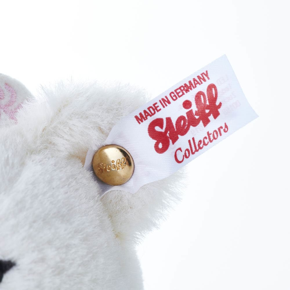 Steiff/シュタイフ シュガープラムフェアリー 限定品の証、白地に赤い文字のボタンインイヤ―が付いています。