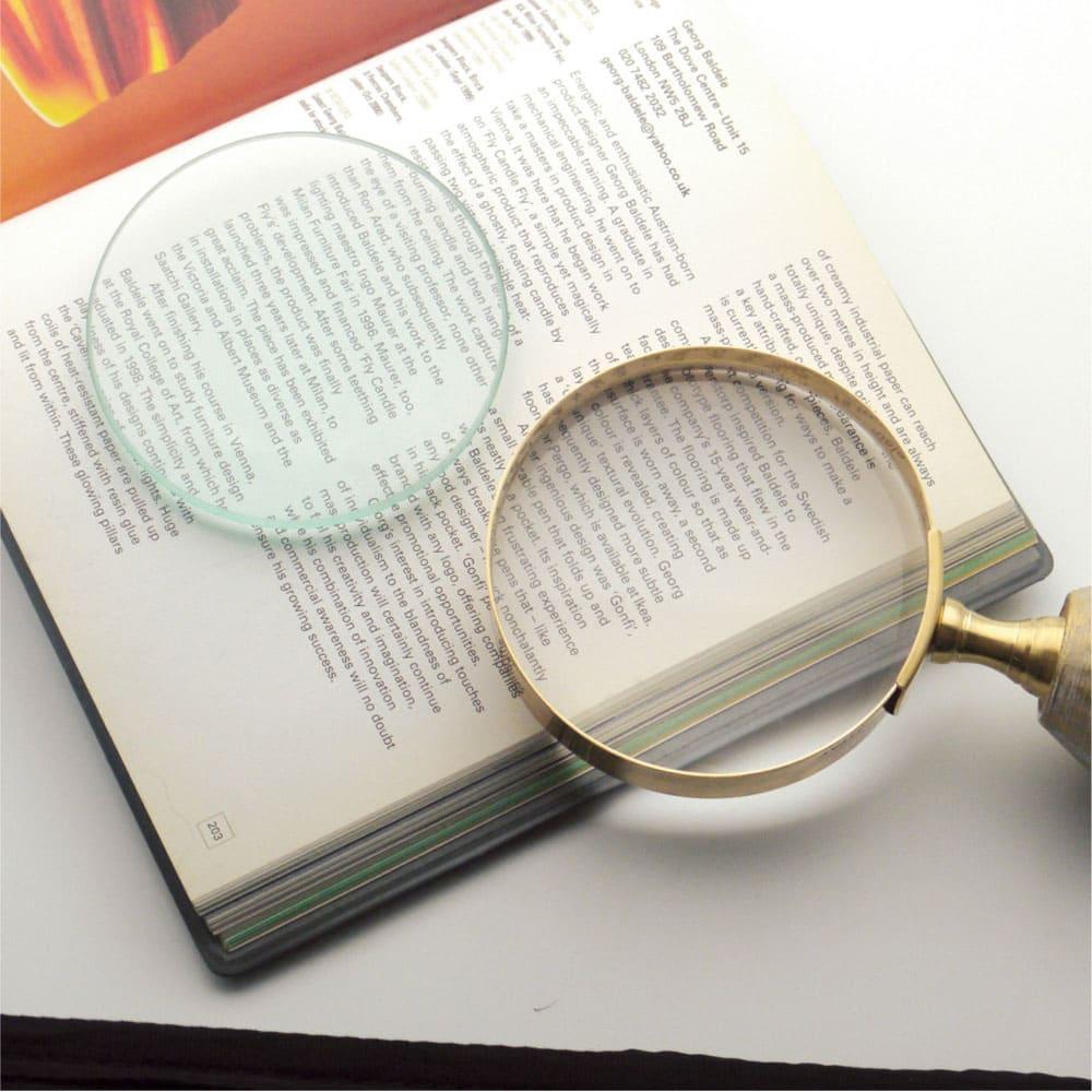 SPECULATE/スペキュレート アンティーク調 置き型ルーペ (イ)ゴールド。左が一般的なルーペに使われている青レンズ。右が本商品の白レンズ。ルーペを覗いたときの色の差は歴然です。