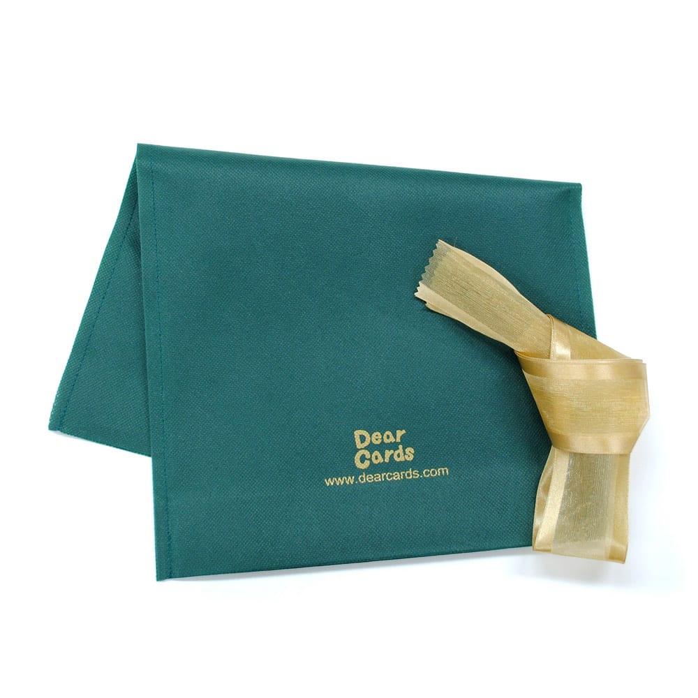 名入れ絵本 きょうりゅうたちとバースデー(手渡しで贈り物する方に便利な「ギフト包装材」付き) ラッピング資材付きなので、届いたら手渡しでプレゼントができます。お渡しの前に中の確認もできるので安心です。