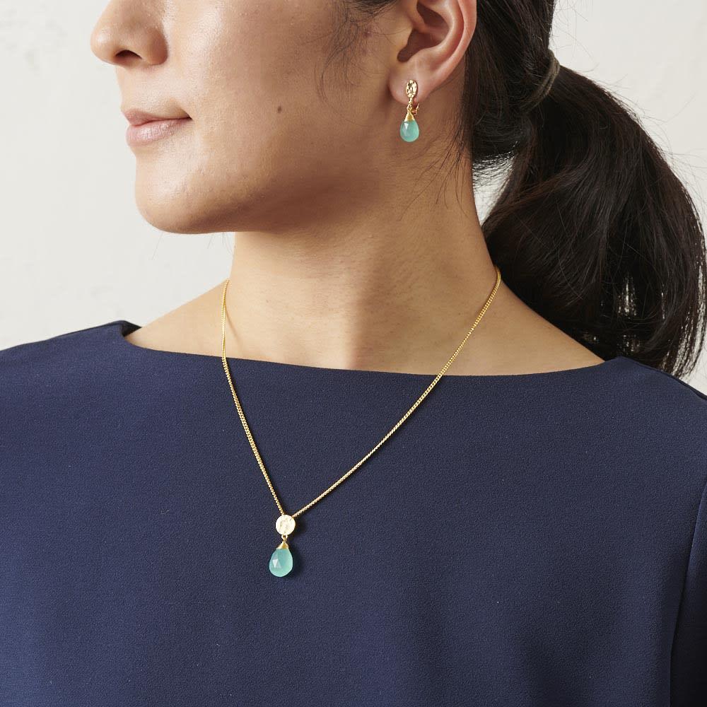 AZUNI ドロップピアス  【イギリス王室キャサリン妃着用で話題のブランド】 [コーディネート例] (ア)アクアカルセドニー 着用はイヤリングタイプ。別売りのネックレスと合わせると素敵です。
