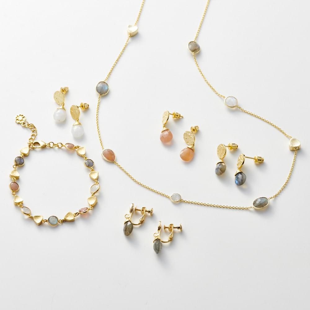 AZUNI バングル  【イギリス王室キャサリン妃着用で話題のブランド】 [コーディネート例] (ア)ゴールドオレンジ 別売りのバングルやネックレスと合わせてつけるとおしゃれです。