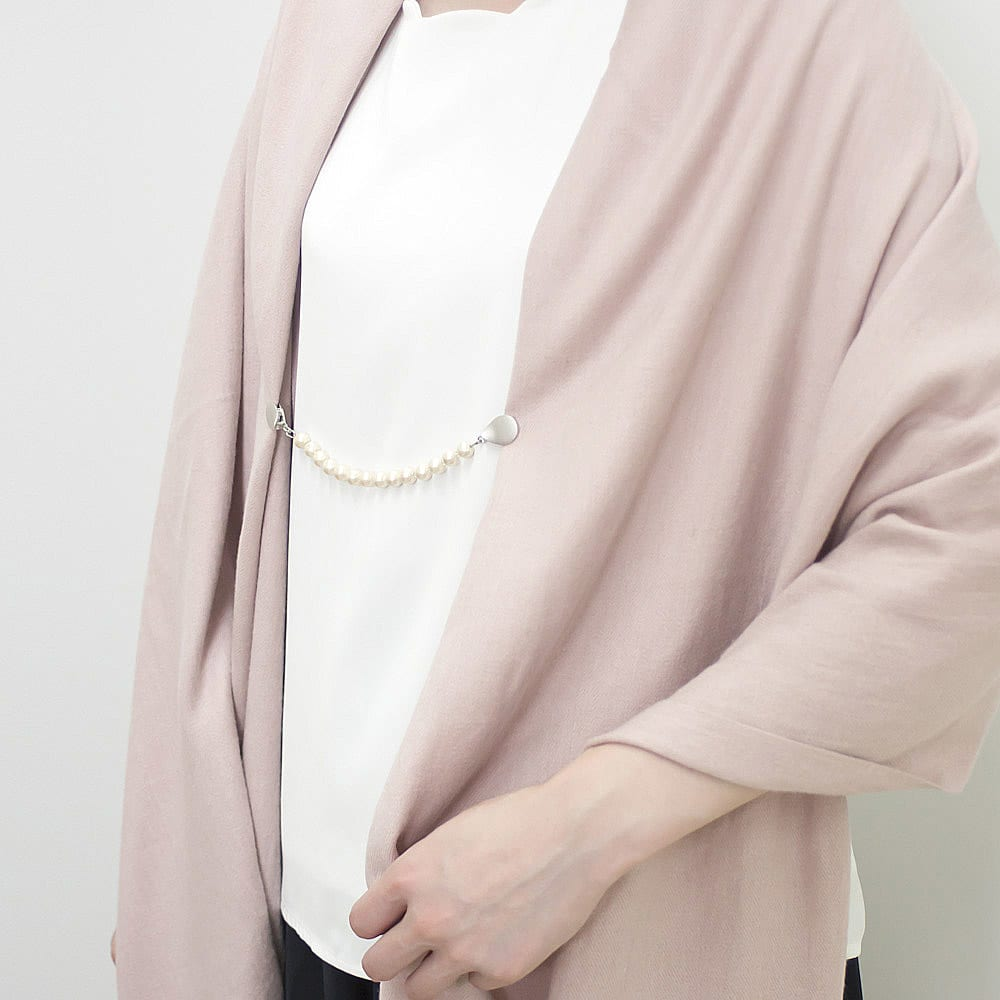 ファッションクリップ クリームカラー イニシャルチャーム付き 着用例 ※イニシャルチャームが付属します。 大判ロングストールに使えば、はだけるのを抑えながらお洒落なアクセントになります