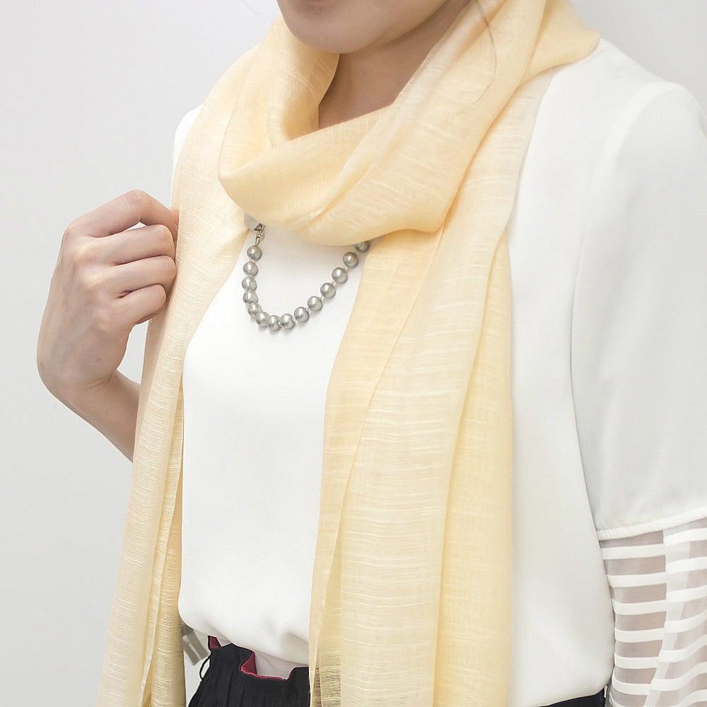 ファッションクリップ クリームカラー イニシャルチャーム付き 着用イメージ 首に巻いたスカーフに留めるとネックレス代わりに ※お届けの色とは異なります