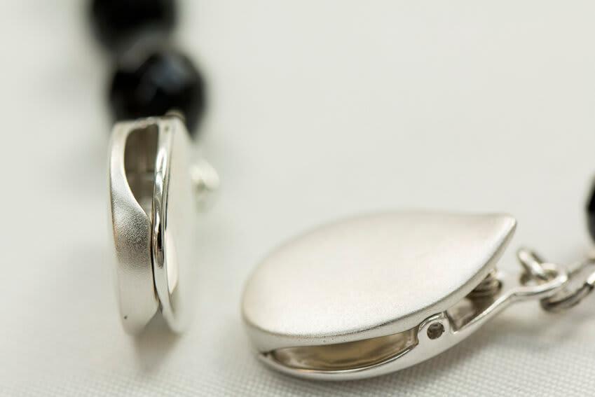 ファッションクリップ クリームカラー イニシャルチャーム付き 特許取得 シリコーンを内蔵した専用のクリップで優しく生地をおさえながらしっかり留めます(特許第5764244号)
