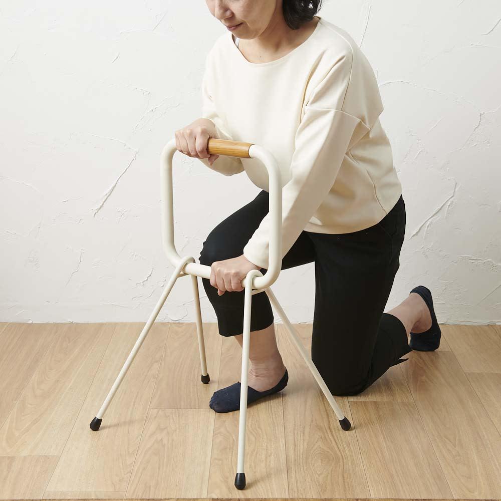 LOHATES/ロハテス 立ち上がり補助手すり (2)2段目をつかんでいきます。※写真は脚部先端の仕様が異なります