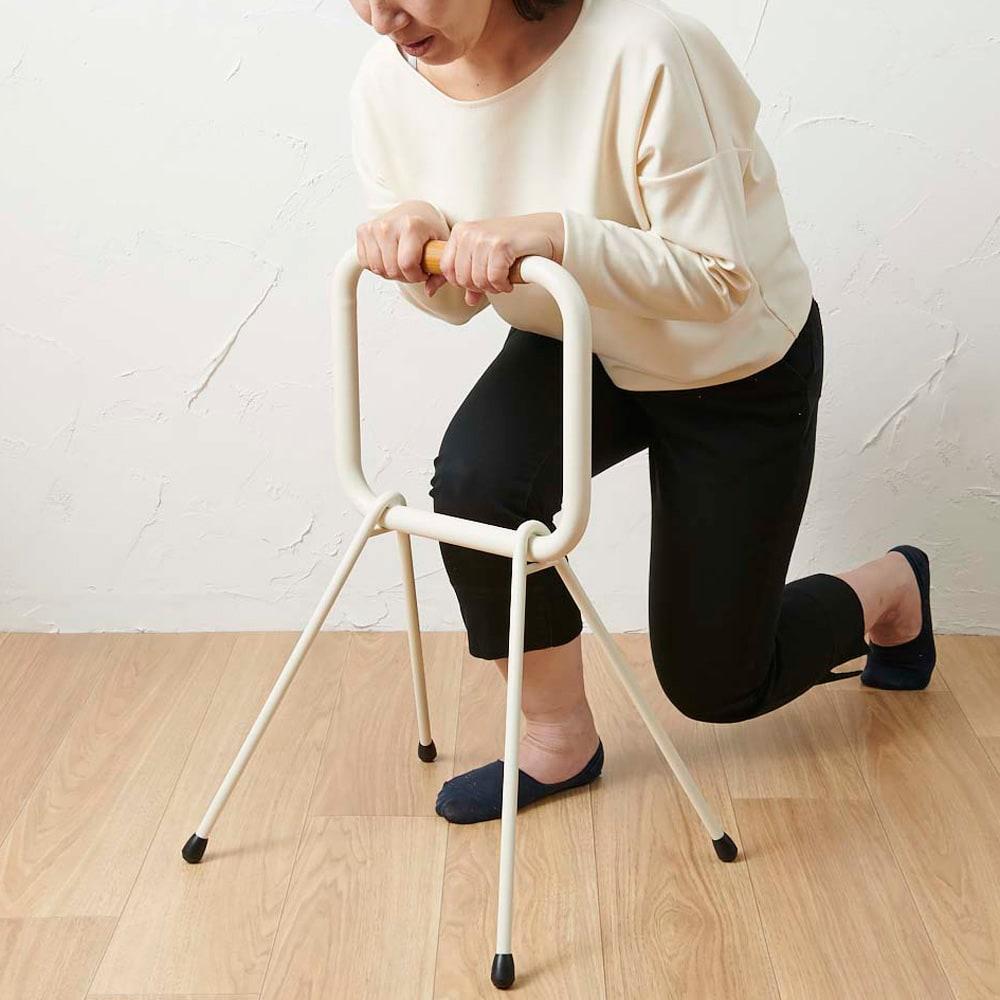 LOHATES/ロハテス 立ち上がり補助手すり (3)前傾姿勢の状態で商品を下に押しながら立ち上がります。※写真は脚部先端の仕様が異なります