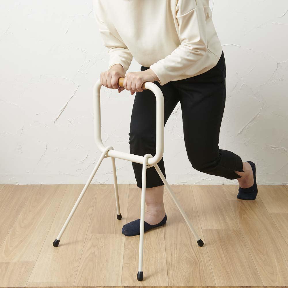 LOHATES/ロハテス 立ち上がり補助手すり (4)立ち上がります。※写真は脚部先端の仕様が異なります