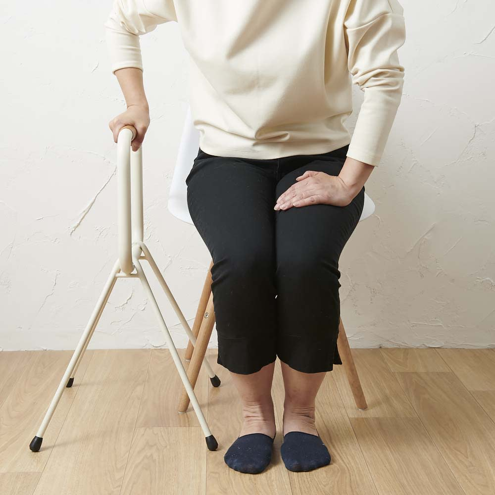 LOHATES/ロハテス 立ち上がり補助手すり (1)手すりの位置がひざの頭の少し前になるように商品を置いてください。(胴体の真横に置くと立ち上がりにくいので注意してください)※写真は脚部先端の仕様が異なります