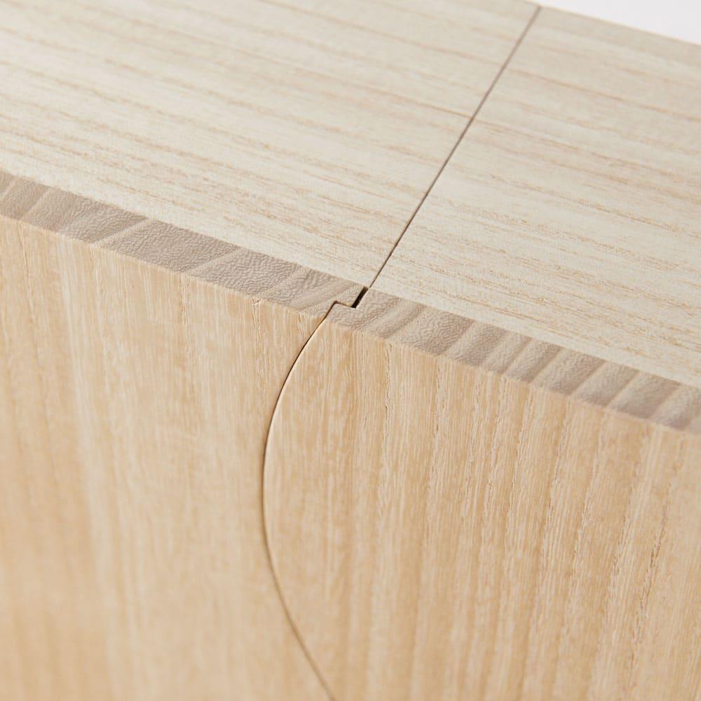 想ひ箱 日本製ミニ仏壇 ナチュラル    扉は、曲線のラインに沿ってぴったりときれいに締まります。ここには熟練職人の技が詰まっています。