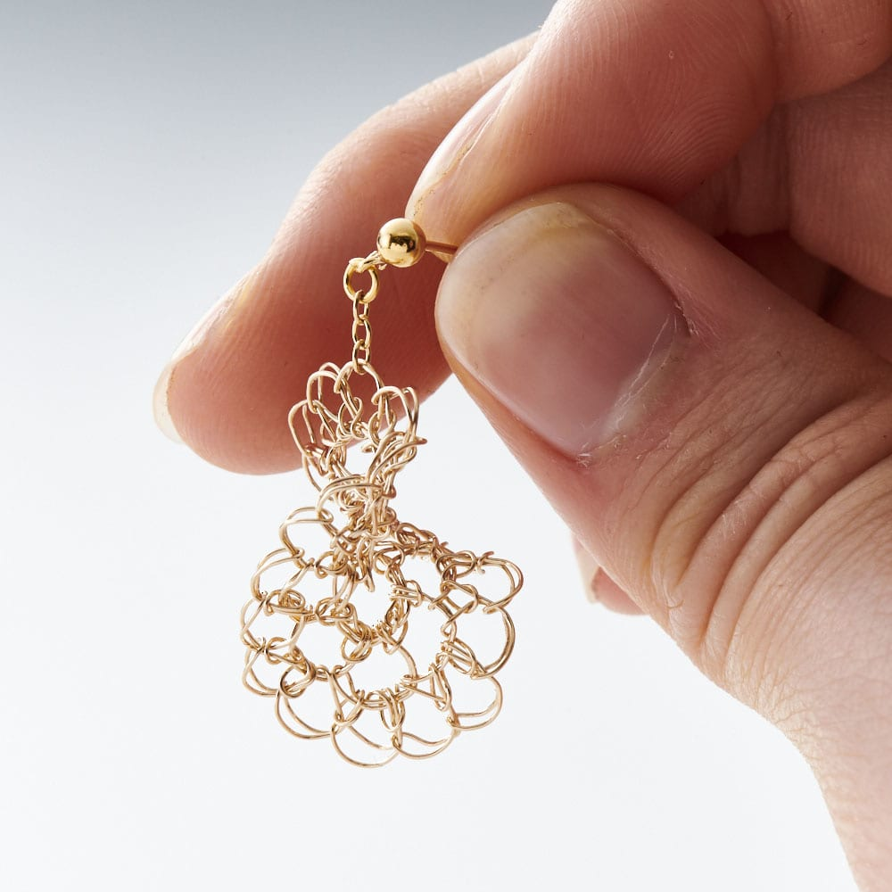 Tsunagari /タカハシナオミ クロッシェ ピアス (ア)ゴールド   ねじりのあるデザインで、角度により表情がかわるのもおしゃれ。