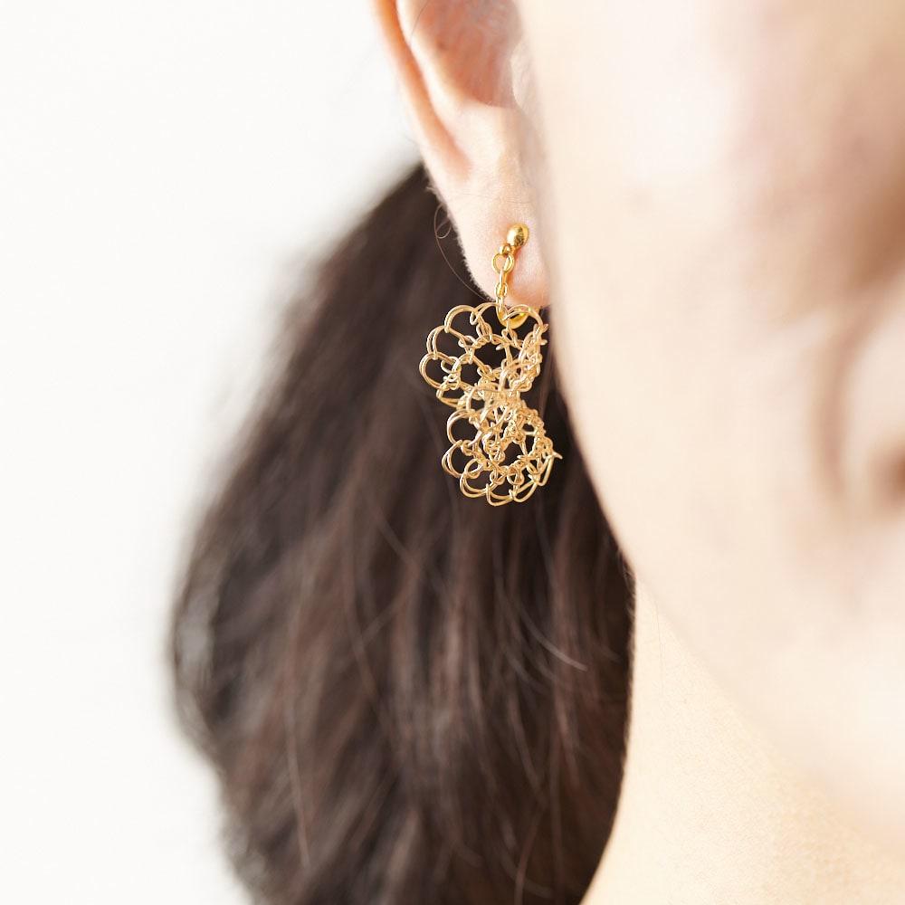 Tsunagari /タカハシナオミ クロッシェ ピアス (ア)ゴールド ふわりとボリュームがありますが、繊細で軽やかなため圧迫感がありません。軽くて耳元もラク。 ※画像はイヤリングタイプ