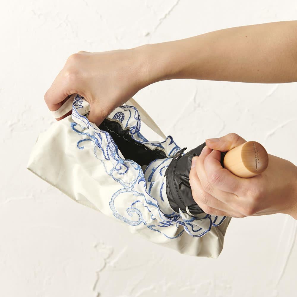 花紀行 クリスタルガラス&ペイズリー刺繍 二重張り折り畳み日傘 開口部はゴムで大きく開くので、きちんと折り畳まなくても、ガサっと入れられます。
