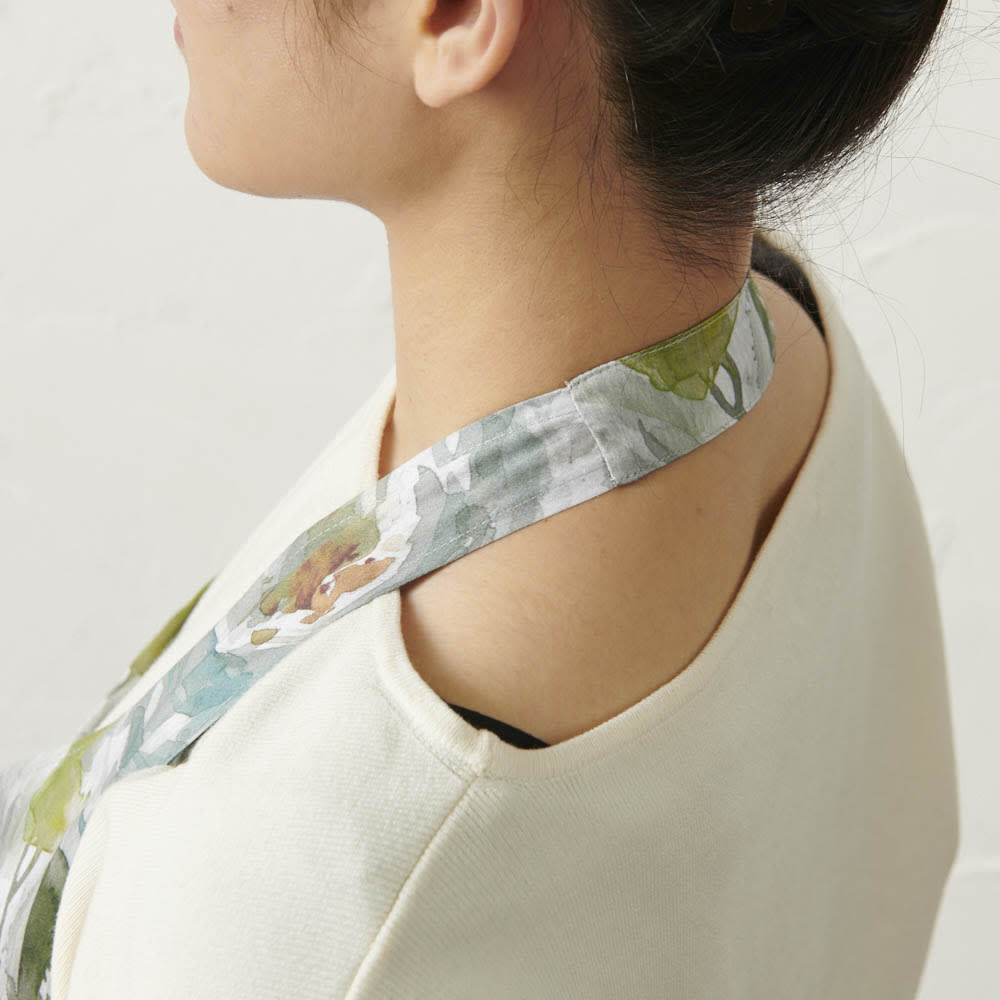 軽量ドレスエプロン 水彩画タッチ  ギフトボックス入り 軽量でゆったりした作りなので、首が突っ張らずに心地よく使えます。