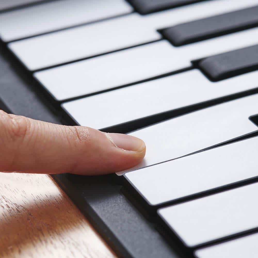 ロールアップピアノ しっかりと指をたてて押し込んで演奏するため、打感の習得もサポート。