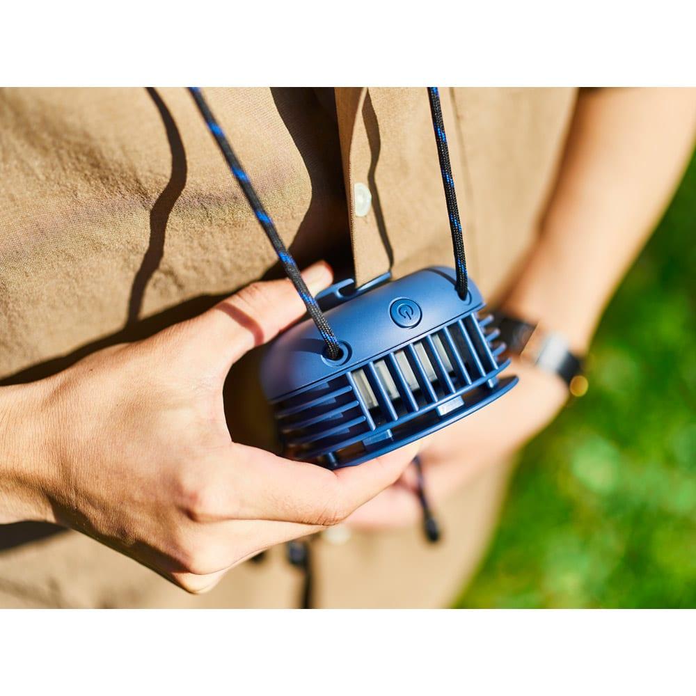 首掛け携帯用扇風機 BRUNO/ブルーノ ウェアラブルファン かがんだ時や歩いている時などに本体がぶらつかないよう、胸ポケットやスリットに固定できる背面クリップ付き。