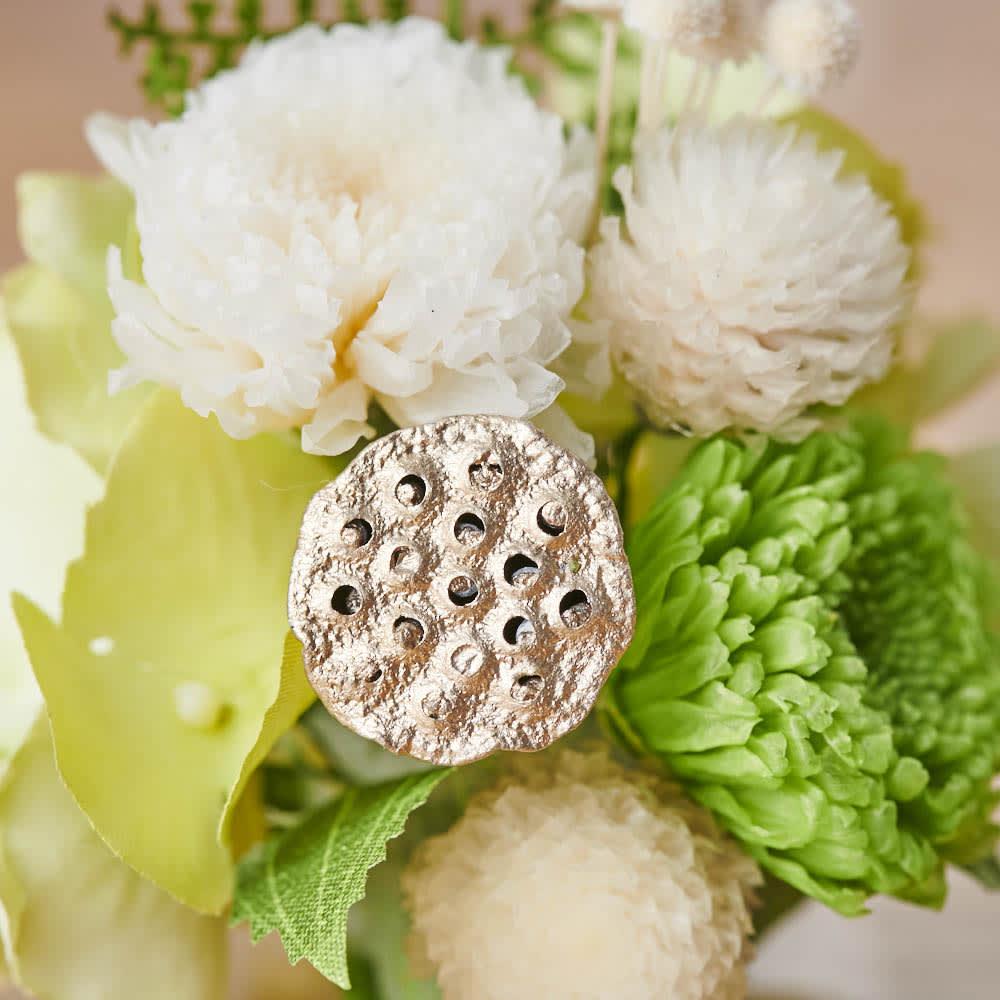 ガラスドームミニ仏花プリザーブド ゴールドのハスの実が、上品で厳かな雰囲気に。ハスは「清らかな心」「神聖」という意味があるといわれています。